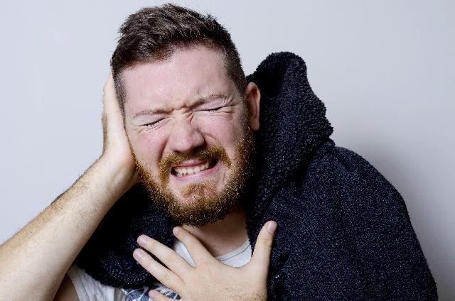 群発性頭痛で痛む人 画像