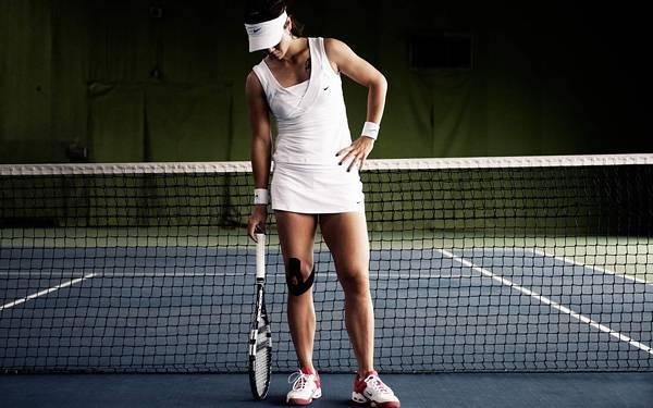 テニス肩で悩む人 画像