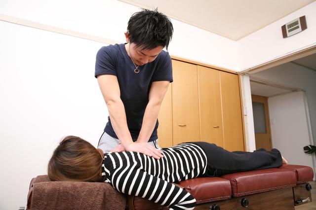 慢性背部痛の矯正風景