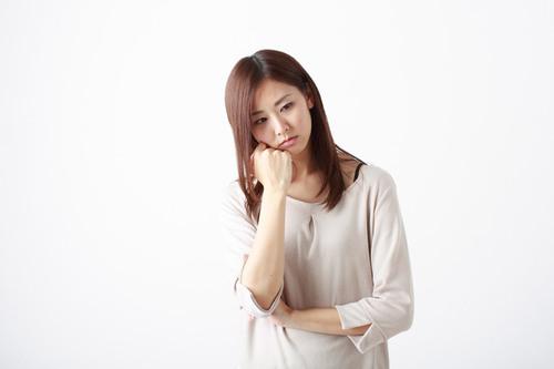 産後膝の痛みで悩む女性 画像